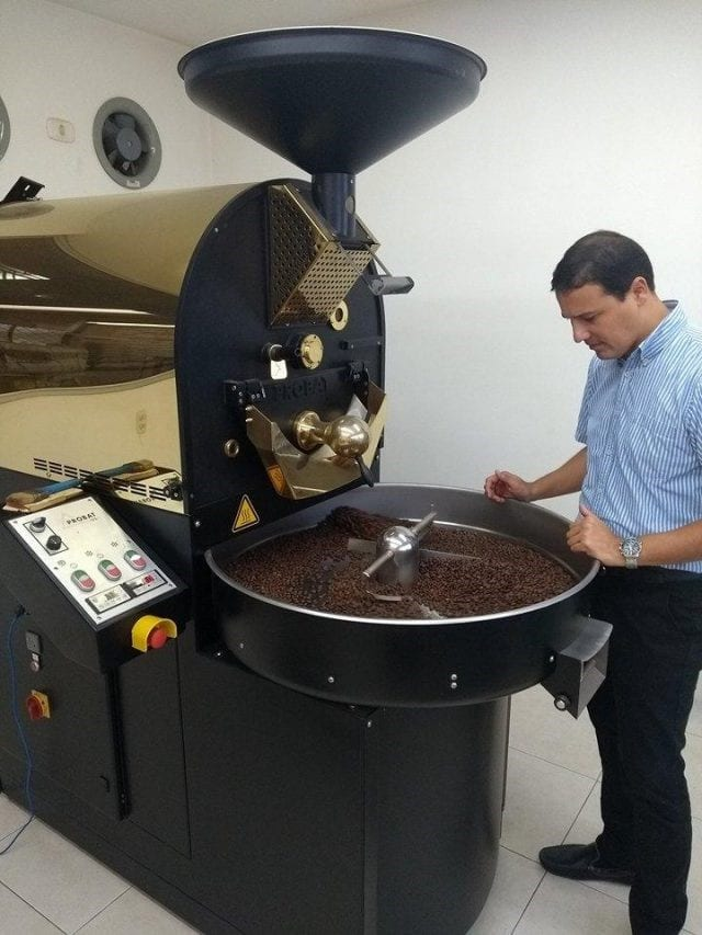 Productor tuesta cafe en una probat
