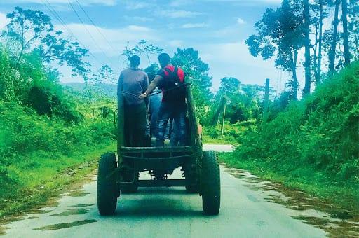 Trabajadores en un camion