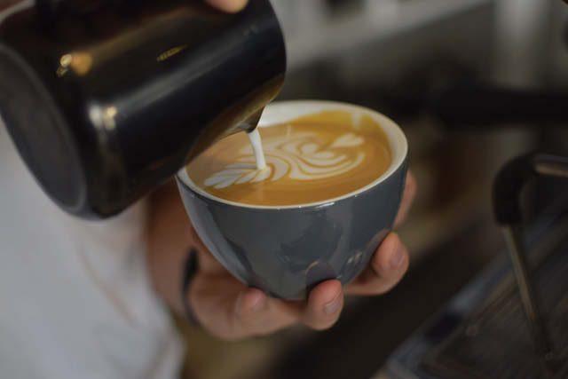 barista diseñando un arte latte