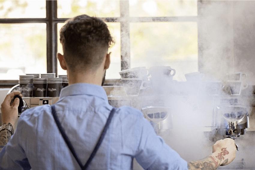 barista limpiando maquina espresso
