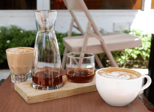 una oferta amplia de bebidad de cafe