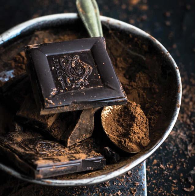 trozos de chocolate y polvo de cocoa