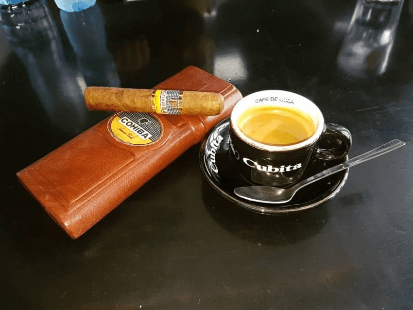 cigarro cubano y un espresso
