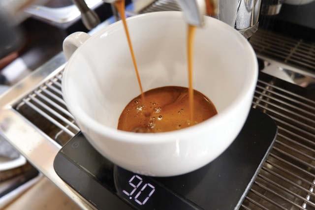 extrayendo un espresso doble