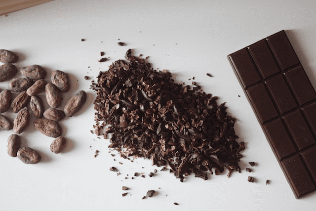 nibs y barra de chocolate