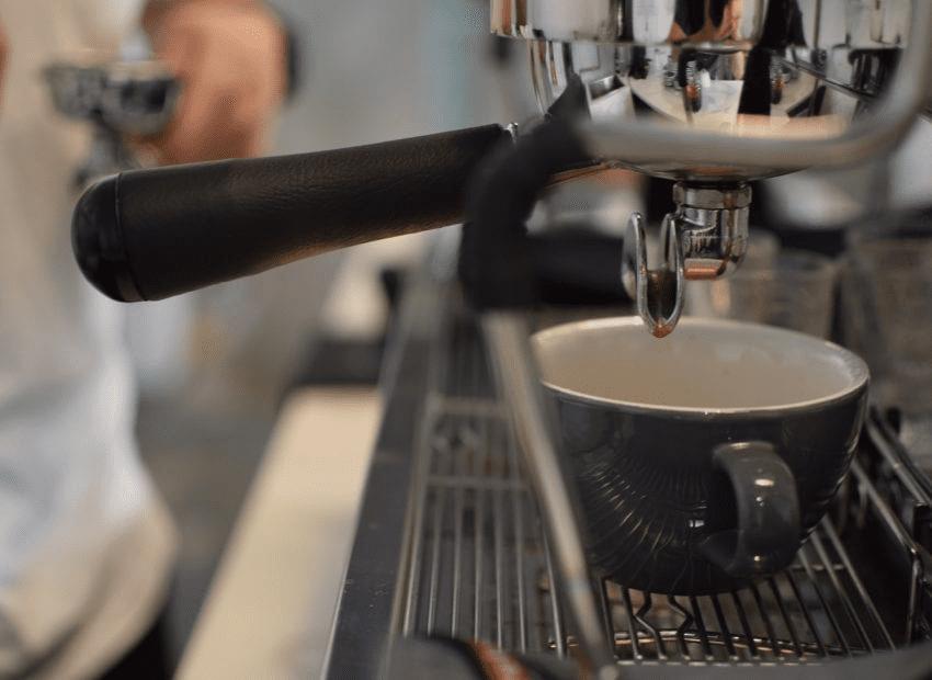 taza de cafe lista para recibir espresso