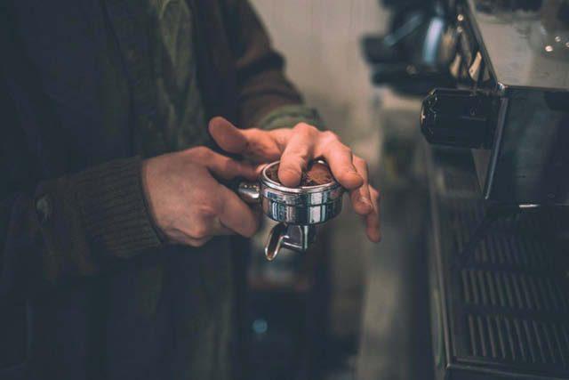 dristribuyendo cafe para hacer espresso