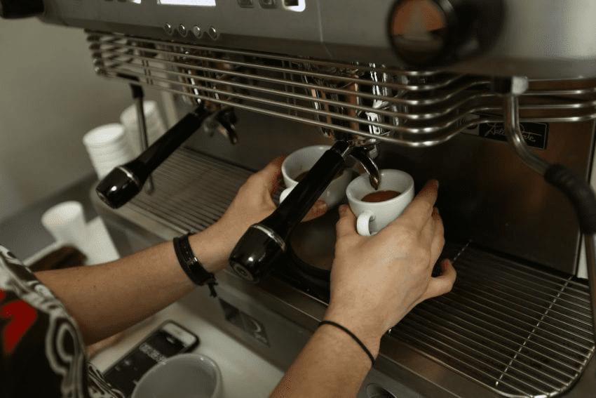 extayendo dos shots de espresso