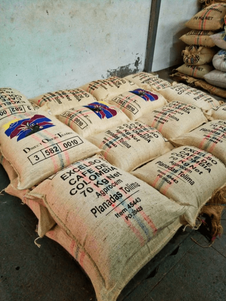 varios sacos de cafe listos para exportar