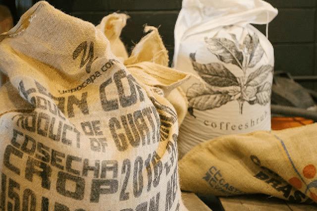 varios sacos de yute con cafe en pergamino