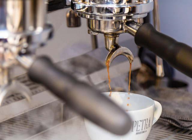 preparando un espresso en una maquina de cafe
