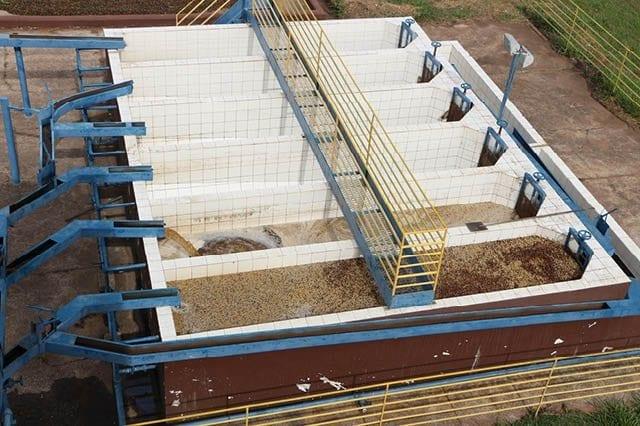 tanques de fermentación en una finca en Brasil