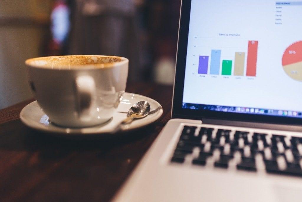 una taza de cafe mientras trabajas
