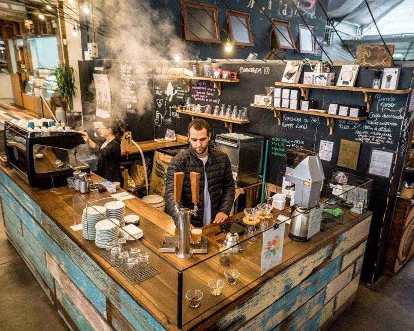 barista en barra de cafe