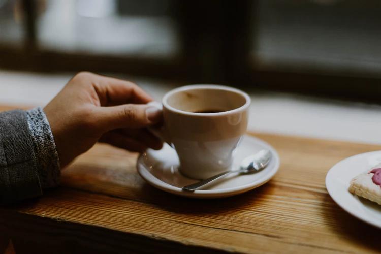 vaso de espresso en una tienda de cafe