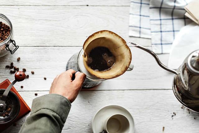 extrayendo un cafe que fue molido