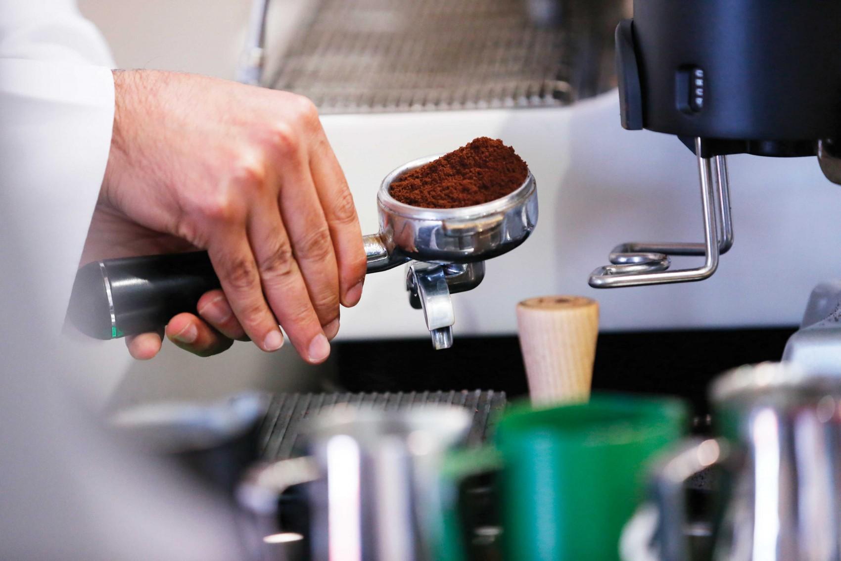 un porta filtro con cafe molido listo para extraer un espresso