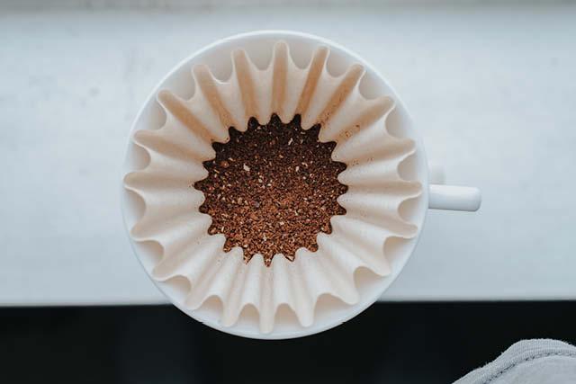 cafe molido sobre un filtro de cafe listo para ser extraido