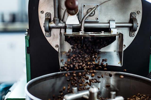 cafe recien tostado listo para enfriarse