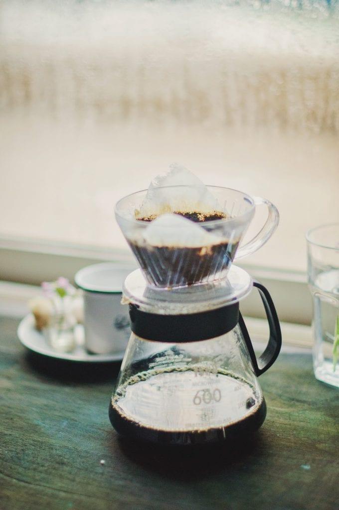preparando cafe en un clever con una extraccion perfecta