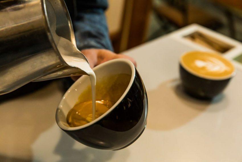 preparando un cappuccino para un cliente