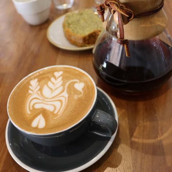 un cappucciono con un diseño de arte latte
