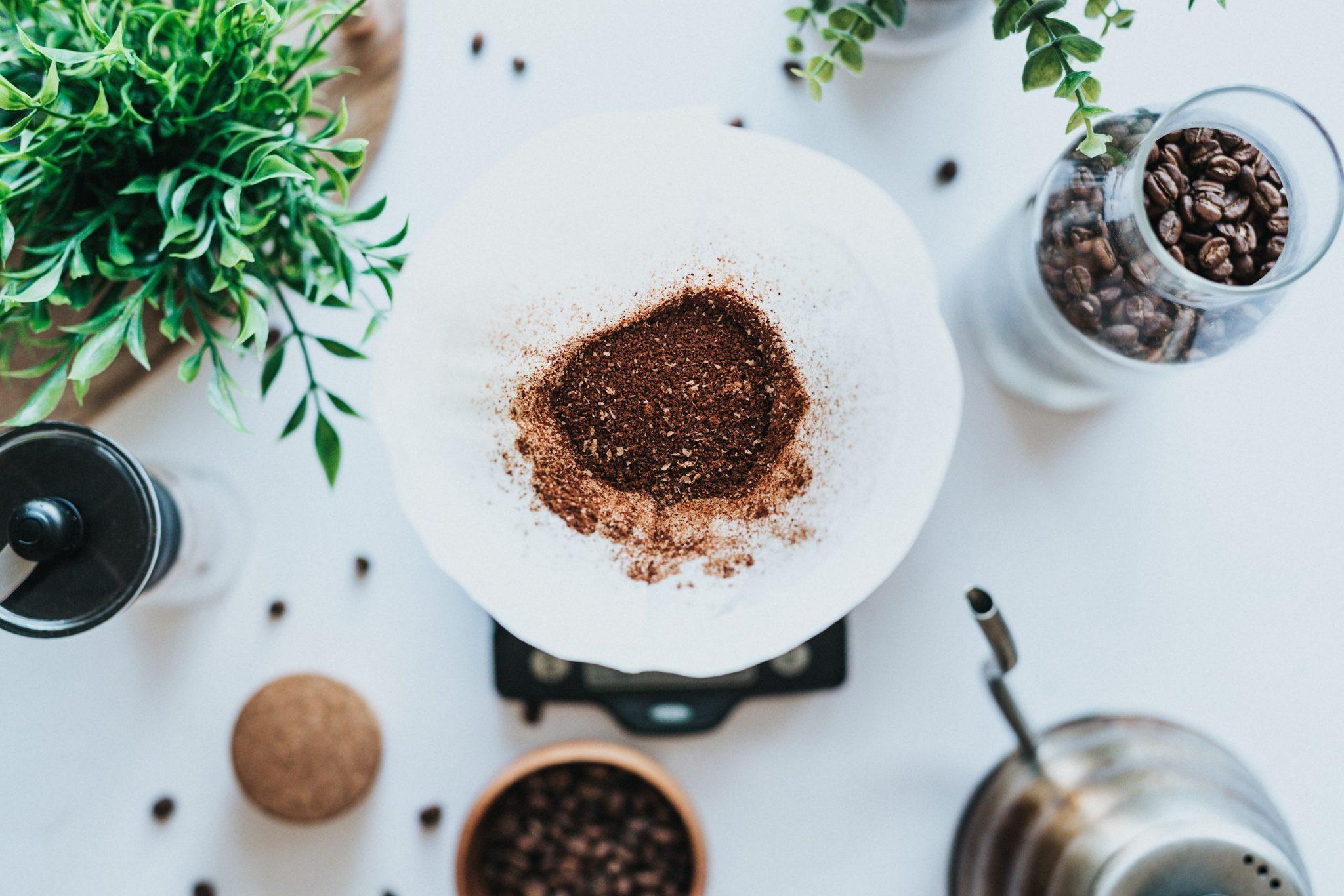preparando un cafe en un chemex