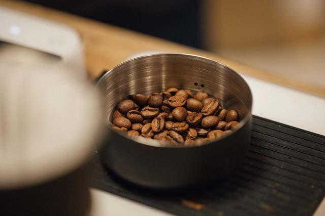 pesando granos de cafe tostado