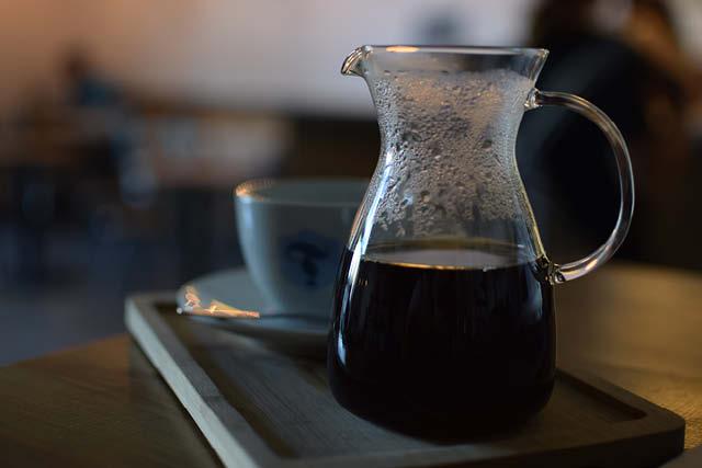 una jarra de cafe y una taza de cafe