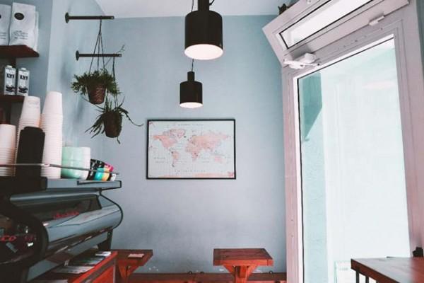una pequeña tienda de cafe