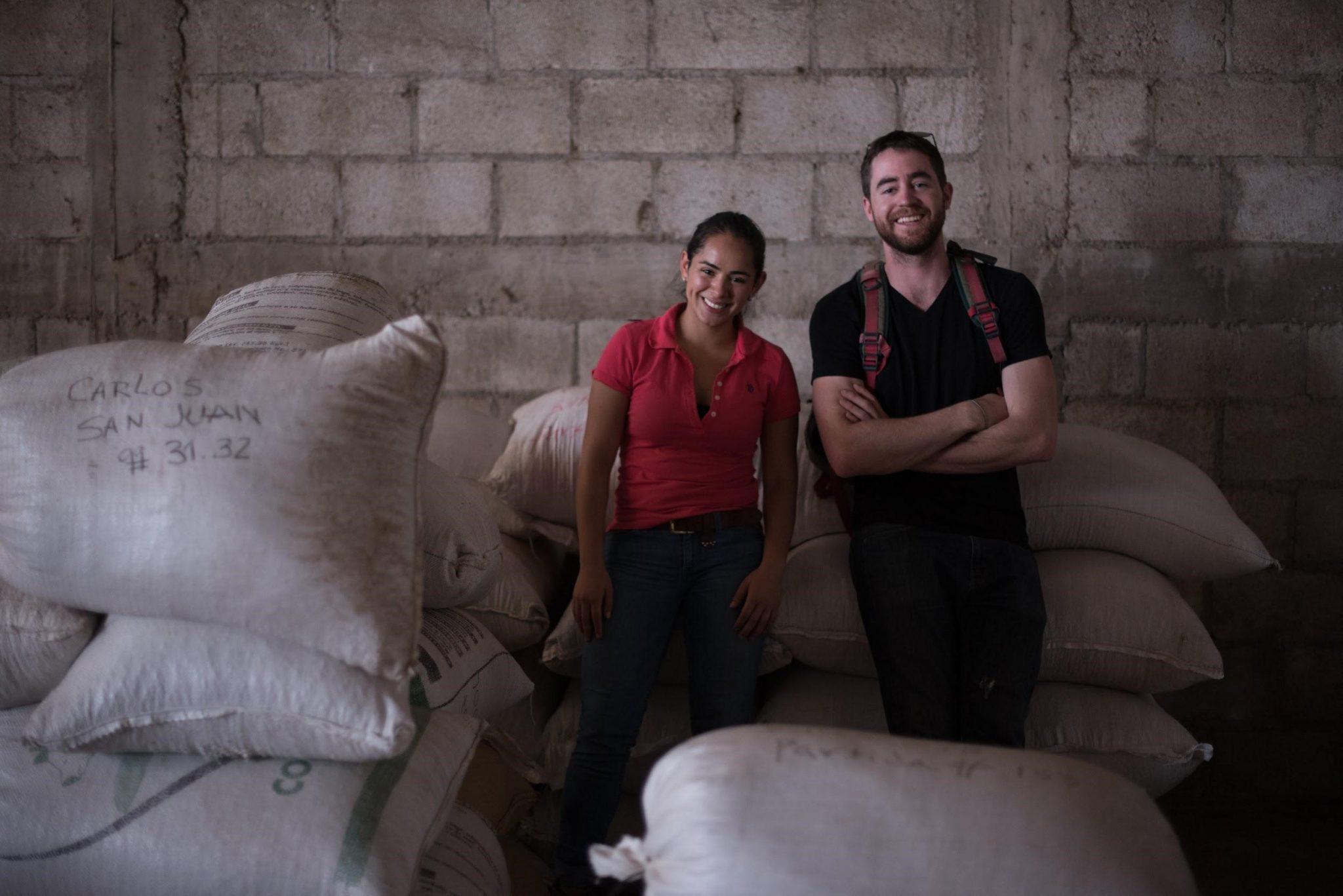 productores junto a sacos de cafe