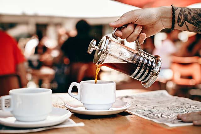 sirviendo cafe de una prensa francesa