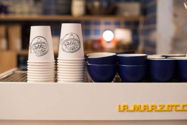 algunas tazas de cafe sobre una maquina espresso
