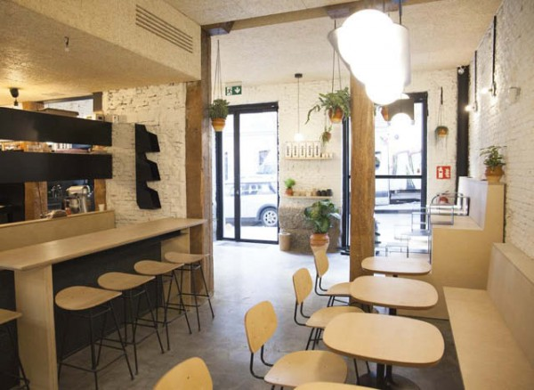 Mesas en una tienda de cafe esperando por clientes