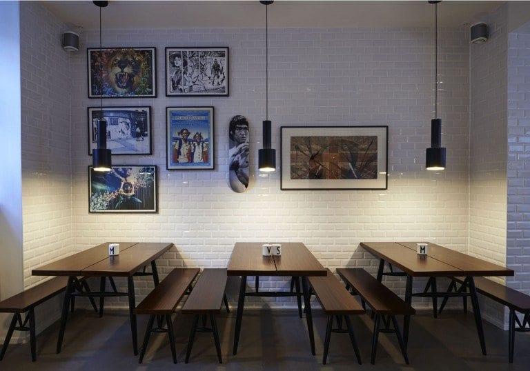 tienda de cafe y las sillas para clienets