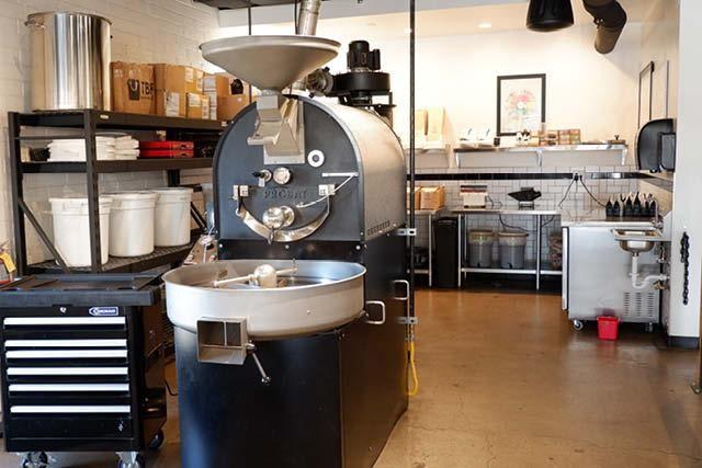 una tostadora dentro de una tienda de cafe