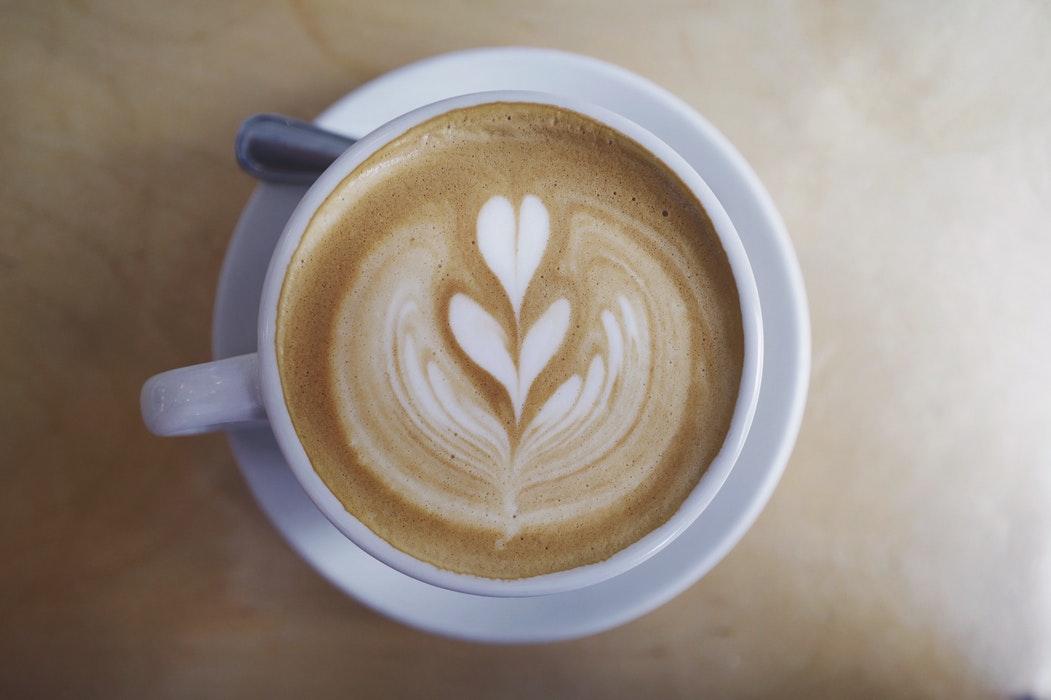 un diseño de tulipan en un cappuccino