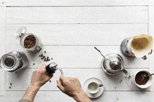 moliendo café junto a accesorios de café