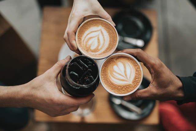 brindis con bebidas de café