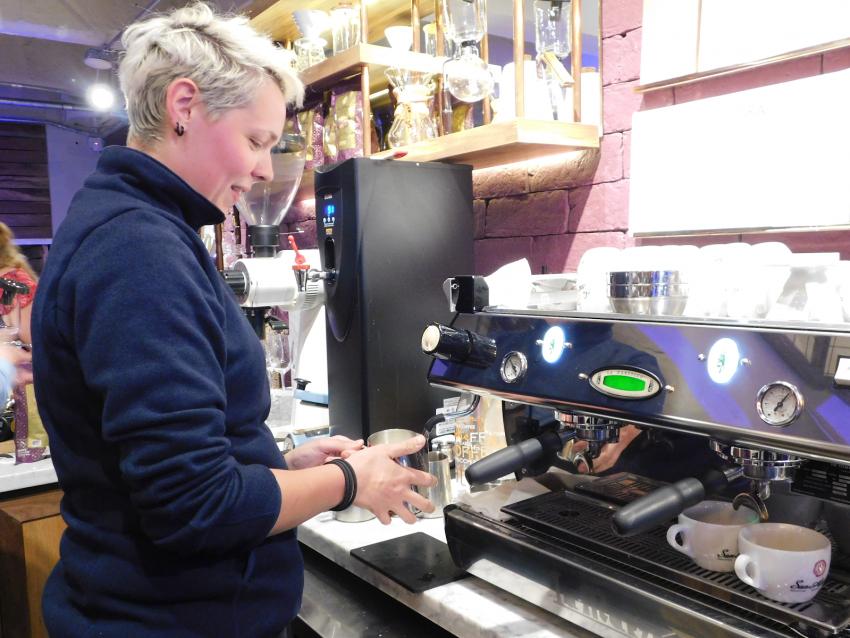 barista hace un cafe en la tienda san alberto en colombia