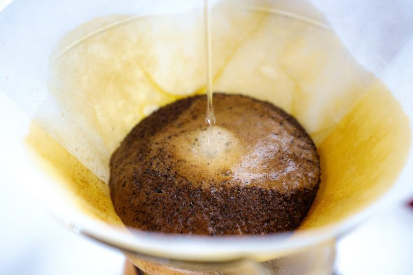 preparando un cafe especial en un chemex