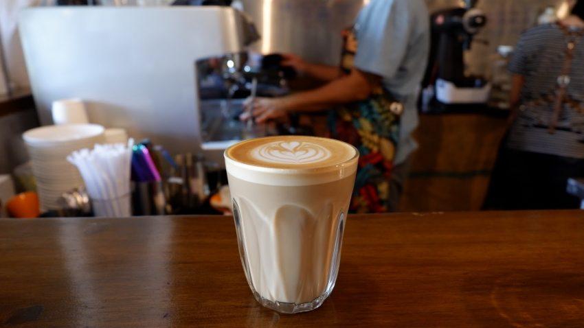 un cafe latte listo para beber