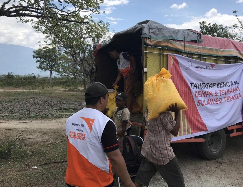 cargando bultos para personas de escasos recursos