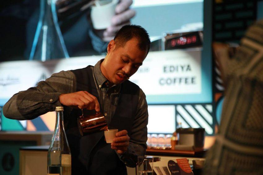 Barista haciendo cafe