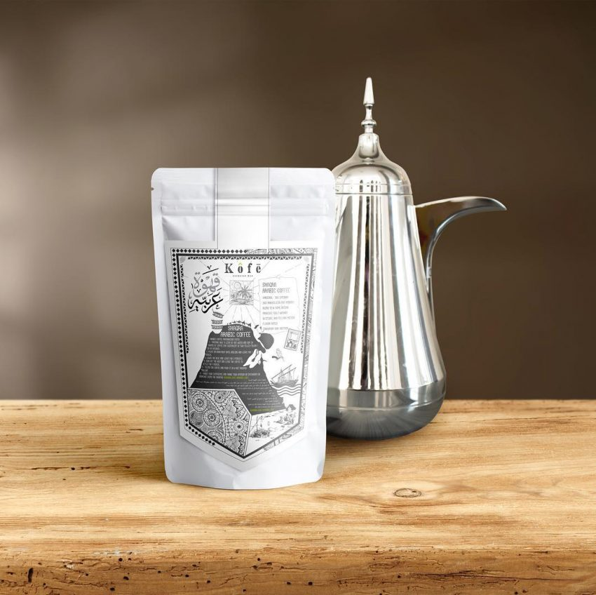una bolsa de cafe y una jarra de agua