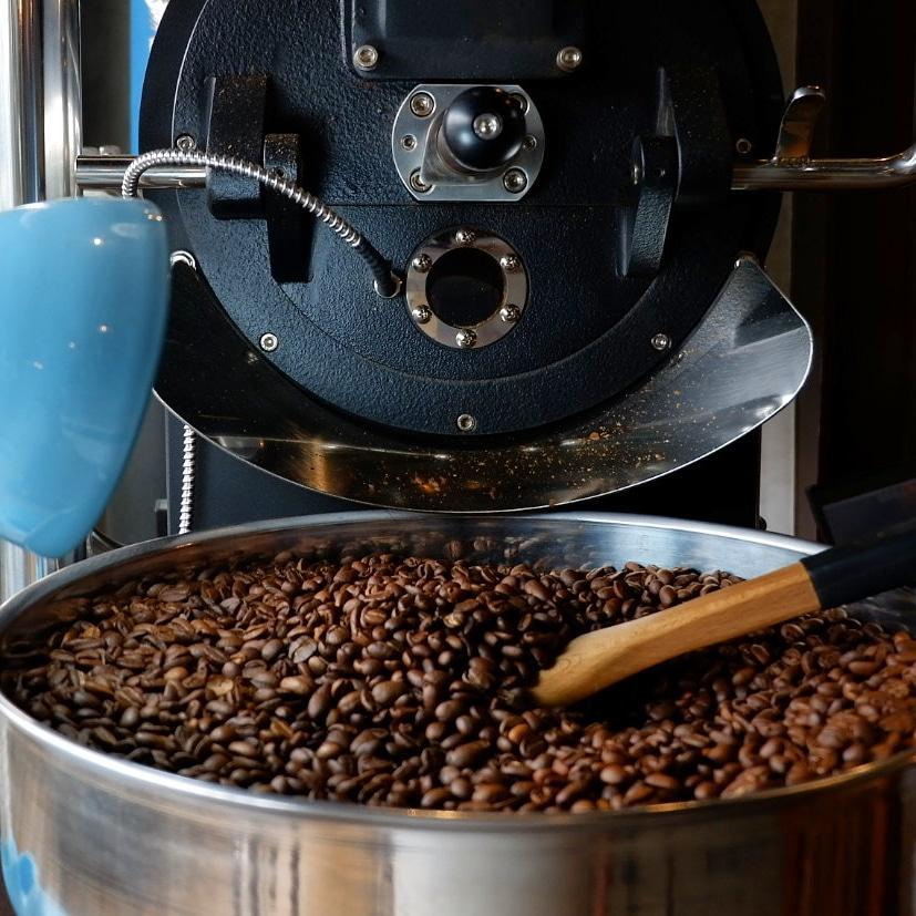 granos de cafe enfriandose en una tostadora