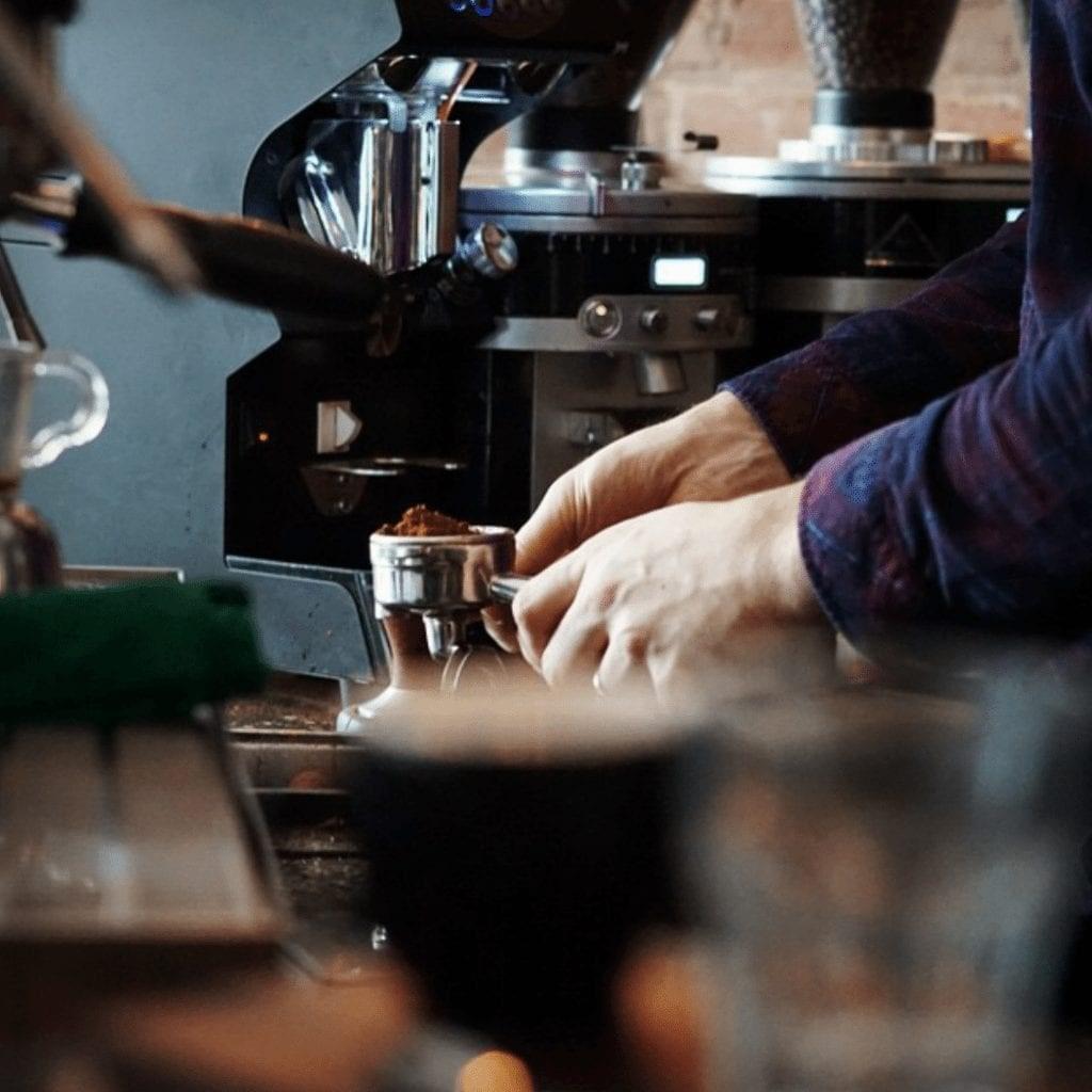 un portafiltro con cafe molido
