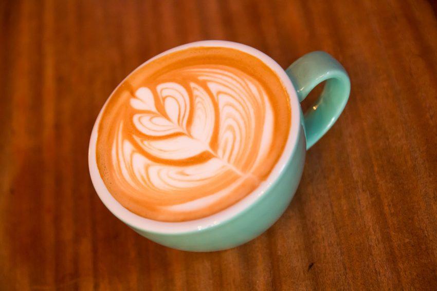 un arte latte en un cappuccino