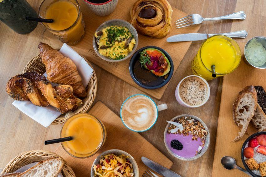 una comida para compartir y un cafe para tomar