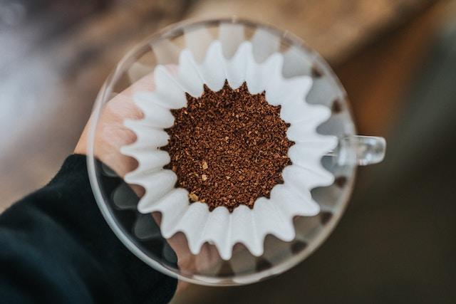 cafe molido en un filtro de papel